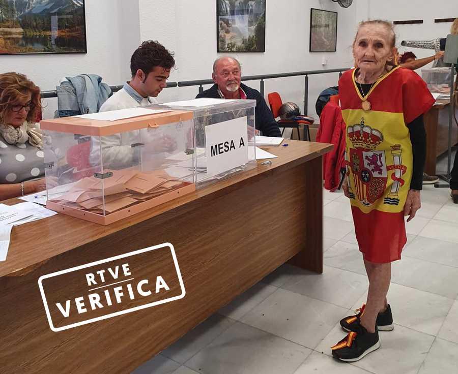 Señora votando vestida de bandera española