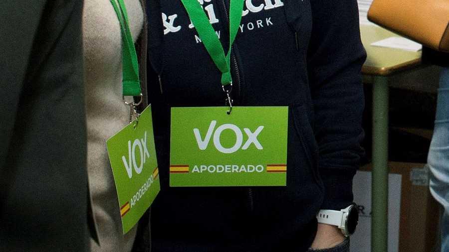 Credenciales de Vox con los colores de la bandera española
