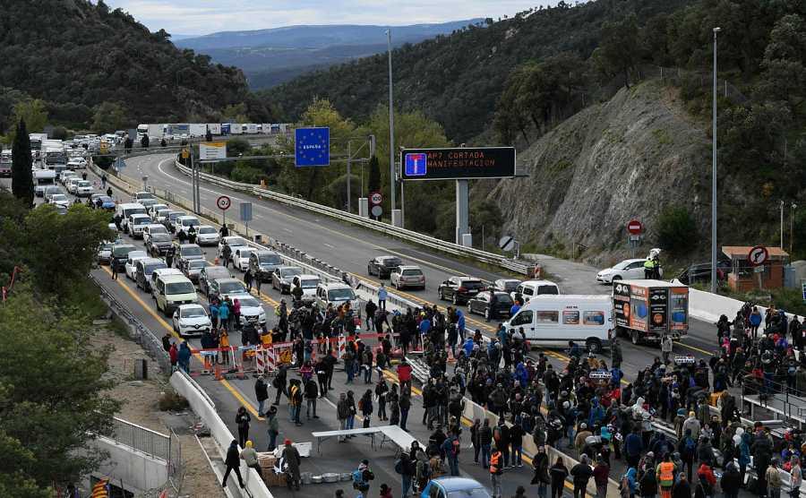 La autopista AP-7, principal vía de conexión entre España y Francia por carretera, ha sido cortada en La Junquera (Girona) tras el llamamiento del movimiento independentista Tsunami Democrátic.