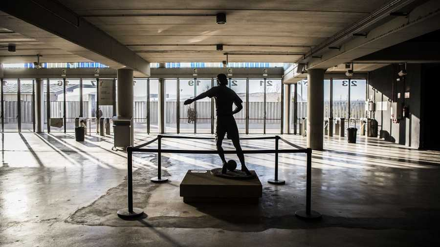 Estàtua de Dani Jarque al Estadi Cornellà-El Prat just davant de la porta amb el número que portava a la seva samarreta