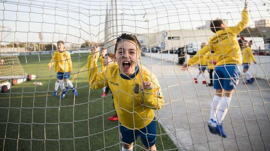 Un nen de l'escola del RCD Espanyol dins d'una porteria