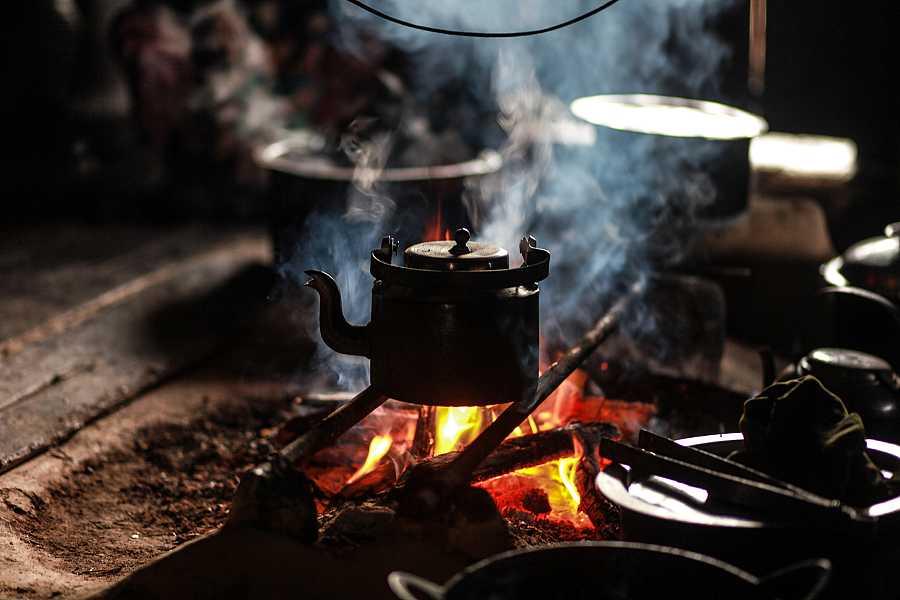 un fuego abierto en la casa del administrador de la aldea