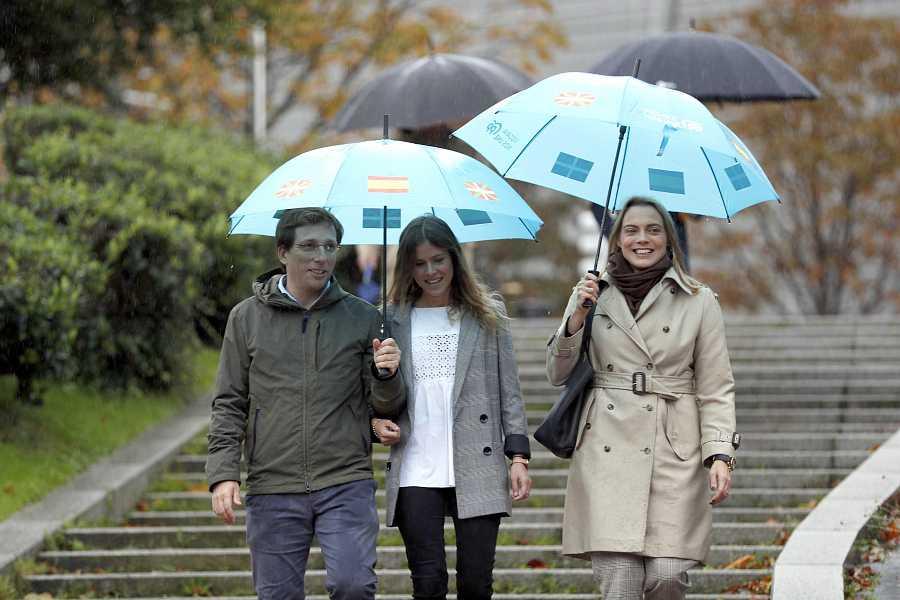 La cabeza de lista del PP en Bizkaia, Beatriz Fanjul, en el centro de la imagen.