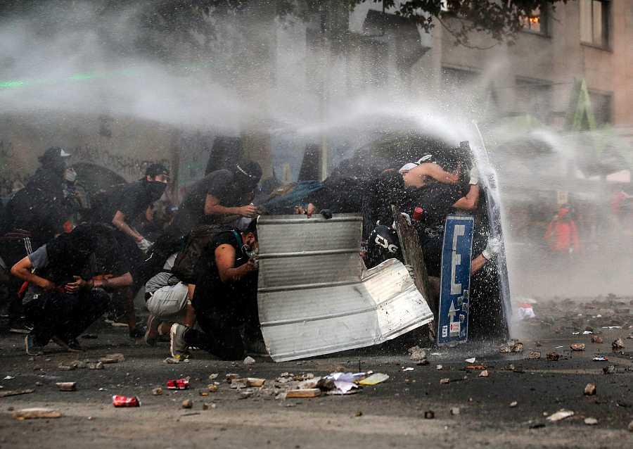 La policía lanza agua a presión contra un grupo de manifestantes en Santiago de Chile
