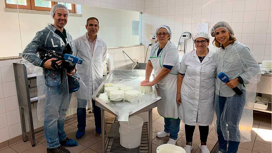 El equipo de TVE en una fábrica de quesos en Portugal