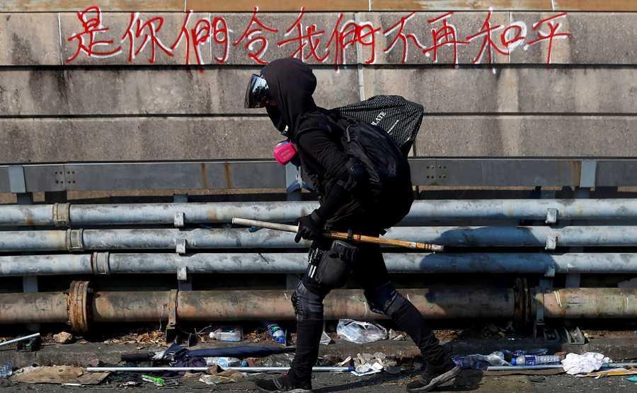 Un manifestante camina pertrechado para la lucha callejera en el campus ocupado de la Universidad China de Hong Kong