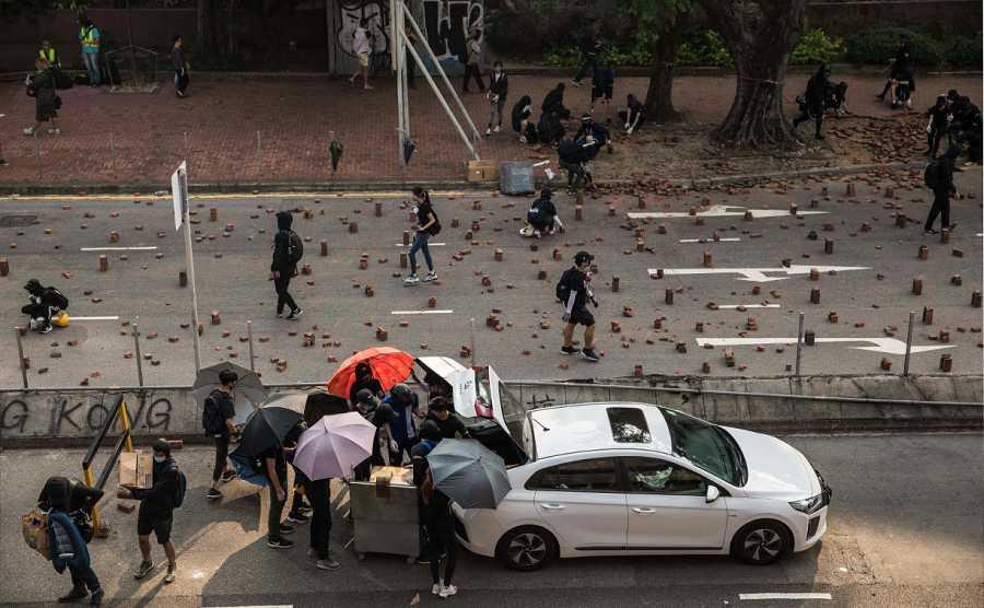 La carretera de acceso a la Universidad Politécnica de Hong Kong, sembrada de adoquines que impiden el paso.