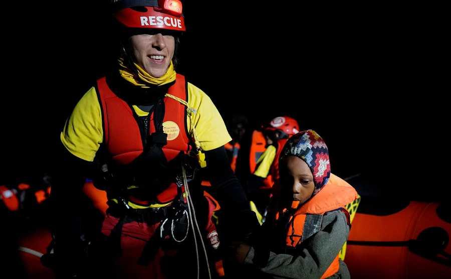Resultado de imagen de El Open Arms rescata a 73 inmigrantes en el Mediterráneo central
