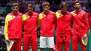 Los componentes del equipo español guardan un minuto de silencio por el padre de Roberto Bautista.