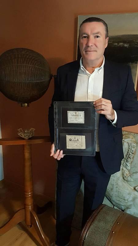 Juan Antonio Jiménez Carrión muestra la pieza más valiosa de su colección