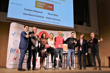Miembros del Centro de Innovación RTVE recogen el premio a la Mejor Aceleradora