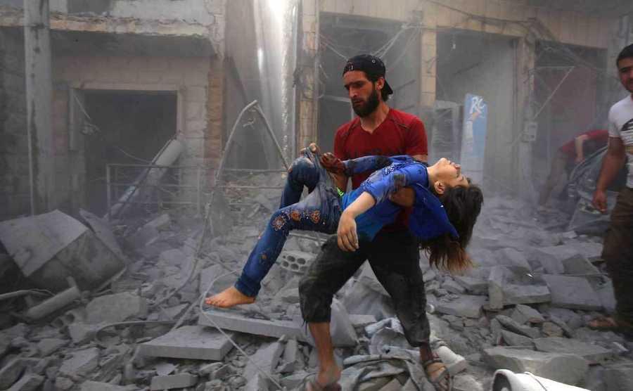 Un hombre evacua a un joven bombardeado luego de un ataque aéreo reportado por las fuerzas del régimen y sus aliados en la ciudad siria de Maaret Al-Noman, en la provincia de Idlib, en el sur del país