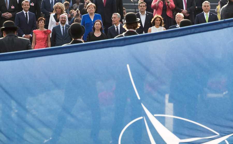 Líderes mundiales tras la bandera de la OTAN