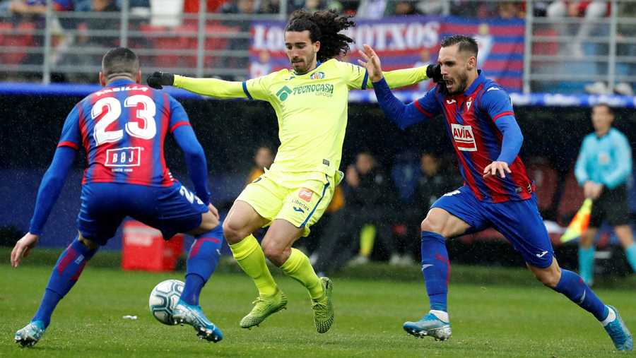 El centrocampista del Getafe Marc Cucurella (c) ante Correa y Arbilla