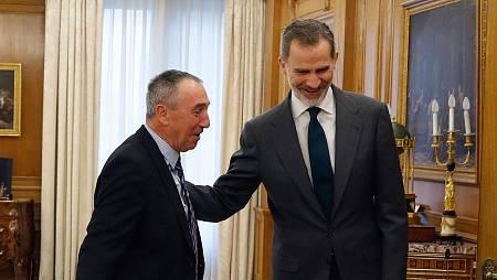 El rey Felipe VI saluda al diputado de Compromís, Joan Baldoví