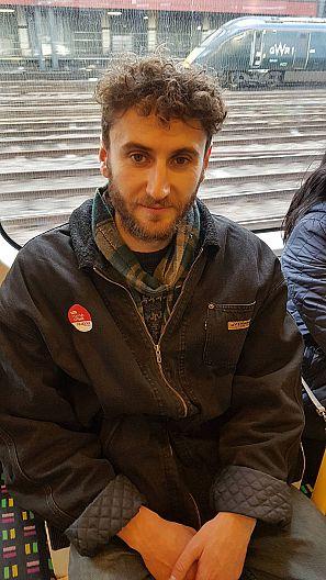 Louis luce su etiqueta laborista en el metro de Londres