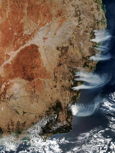 Imagen satelital de la Costa Este australiana, donde se aprevia claramente el humo de los incendios.