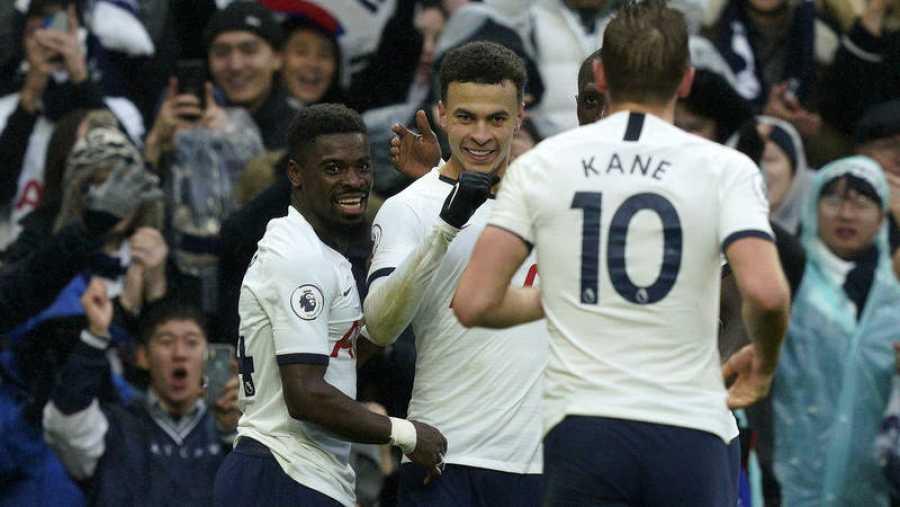 Dele Alli (C) celebra su gol frente al Brighton ante la mirada de Harry Kane (de espaldas).