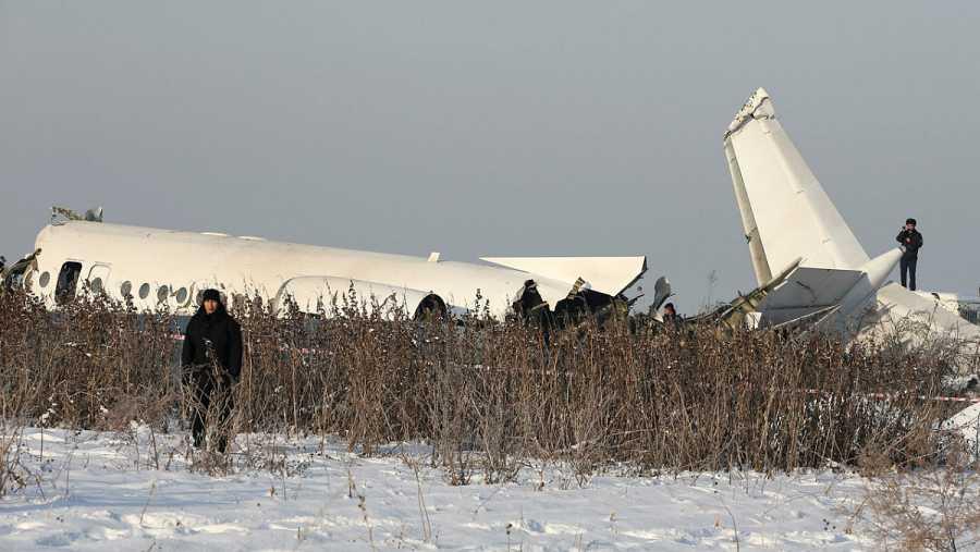 Personal de seguridad y de emergencias junto al avión estrellado cerca de Almaty.