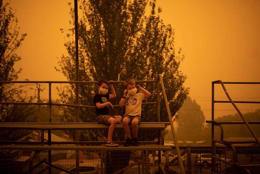 Niños utilizan máscaras para jugar durante los incendios de Australia
