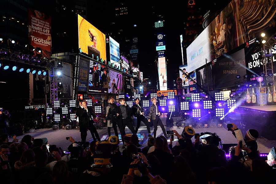 La banda de pop coreano BTS actúa en las celebraciones de Año Nuevo en Times Square.