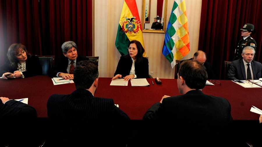 La ministra de Exteriores de Bolivia, Karen Longaric, en el centro, mientras mantenía un encuentro con los embajadores de los países de la Unión Europea, en el ministerio en La Paz.