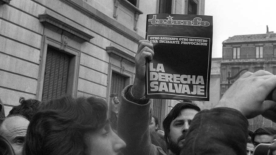 Manifestantes en la capilla ardiente de los abogados asesinados en Atocha en 1977