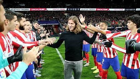 El exjugador del Atlético de Madrid, Filipe Luis recibe el homenaje del Metropolitano antes del partido ante el Levante.