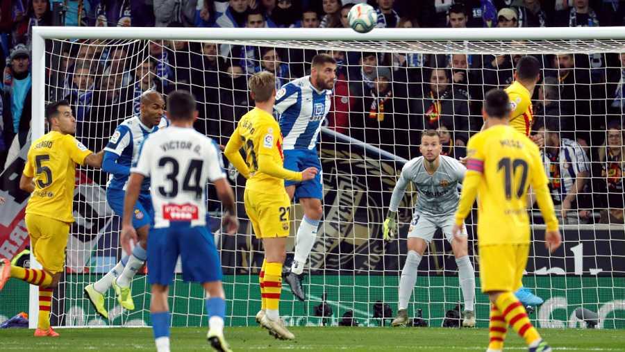 El centrocampista del Espanyol David López (c) consigue el primer gol