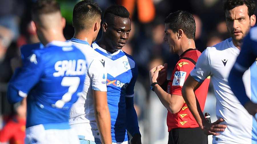 Mario Balotelli habla con el árbitro
