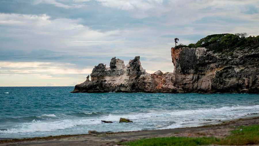El icónico monumento natural de Punta Ventana, en Puerto Rico, destruido por el terremoto de este pasado lunes. Foto: Ricardo ARDUENGO / AFP