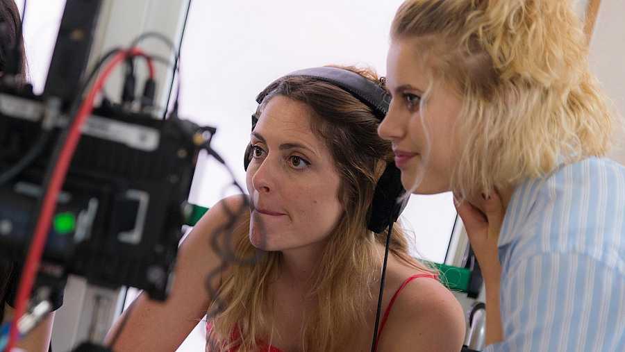 Elisabet Casanovas (protagonista) y Ginesta Guindal (directora de la serie), revisan una de las escenas grabadas