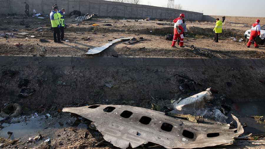 Los servicios de emergencia donde se ha estrellado el Boeing 737-800 ucraniano