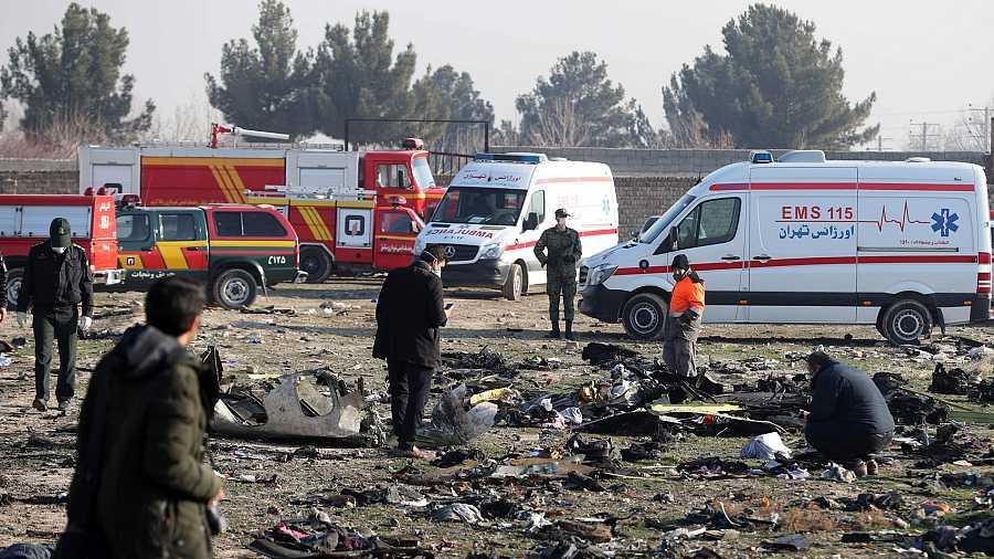 Equipos de rescate inspeccionan el área donde se ha estrellado un Boeing 737, al sur de Teherán