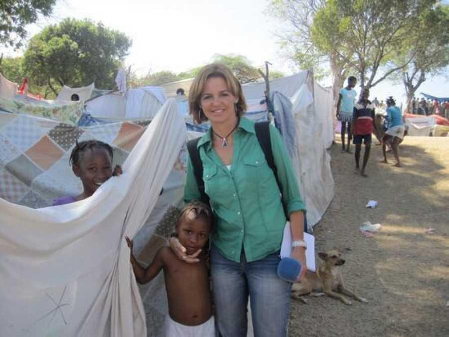 Almudena Ariza, durante su cobertura del terremoto de Haití