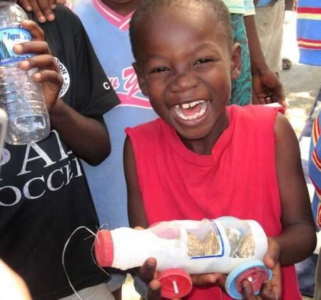 Niños haitianos fabrican sus propios juguetes tras el terremoto de 2010.