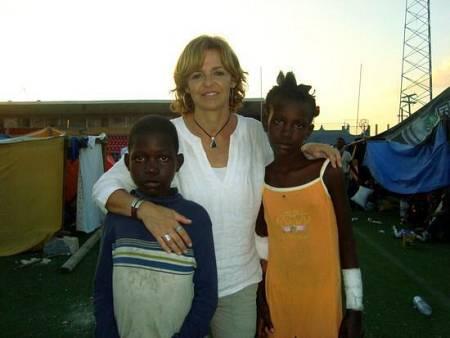 Ronaldson e Inmaculade junto a Almudena Ariza en un campamento para personas sin hogar en Haití.