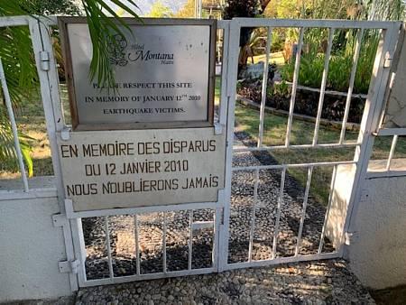 Cartel en recuerdo a las víctimas del Hotel Montana, en Haití