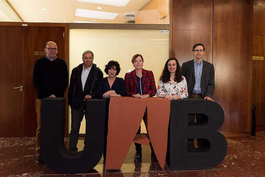 Foto de família dels participants en l'acte de la signatura de conveni entre Ràdio 4 i la UAB
