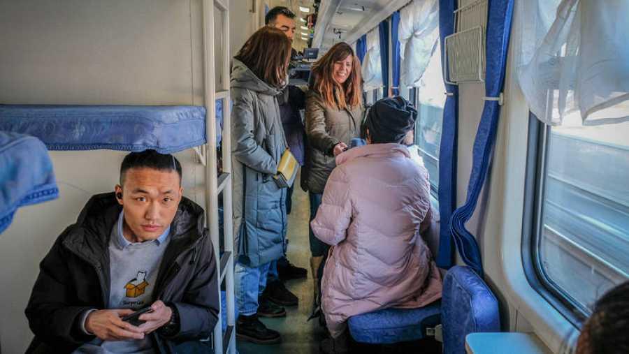 Hablando con los pasajeros del tren