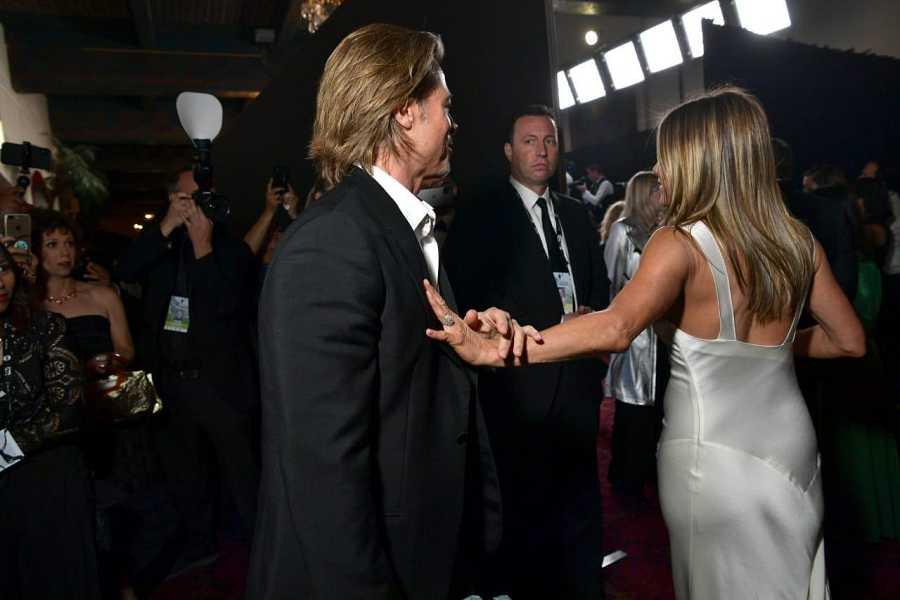 Brad Pitt y Jennifer Aniston al terminar su conversación en la entrega de premios de los SAG donde los dos han coincidido y han sido premiados. Era la primera vez en 15 años que los veíamos charlando.