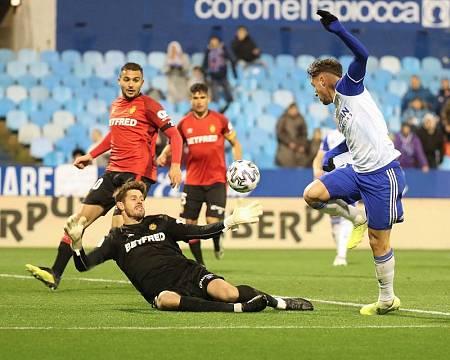 El delantero español del Real Zaragoza Javi Puado (d) marca un gol al RCD Mallorca