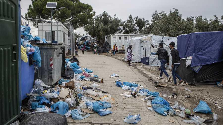 La basura se amontona en el campo de Moria