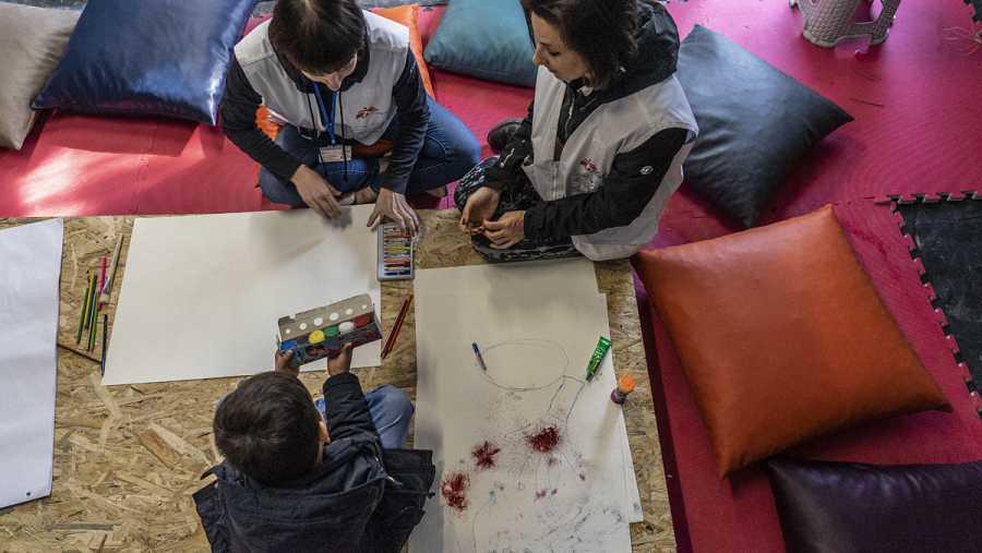 Psicólogos y mediadores atienden a los niños
