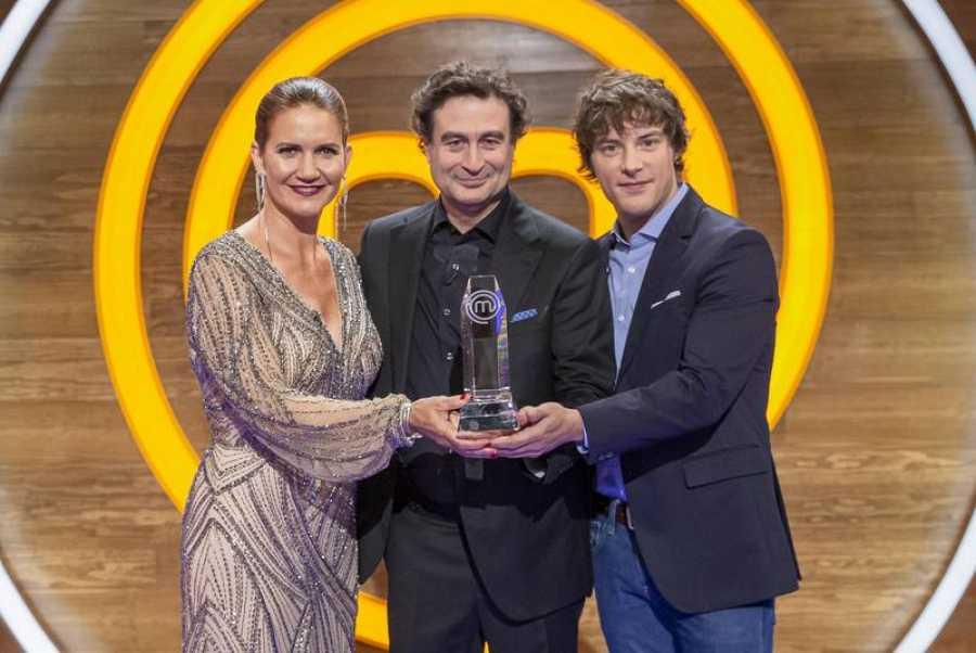 Samantha, Pepe y Jordi, con el ansiado trofeo