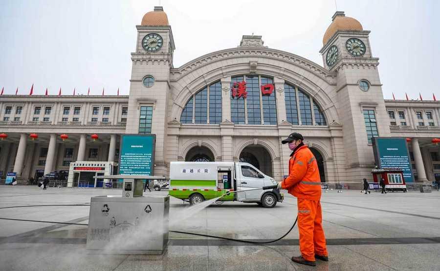 Un trabajador desinfecta la plaza frente a la estación de tren de Hankou, cerrada después de que la ciudad de Wuhan fuera cerrada tras el brote de un nuevo coronavirus, en Wuhan, provincia de Hubei.