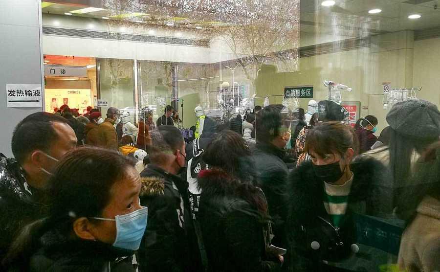 Colas en el Hospital de Wuhan para recibir tratamiento para la fiebre