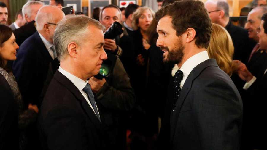 El líder del PP, Pablo Casado, conversa con el lehendakari, Iñigo Urkullu