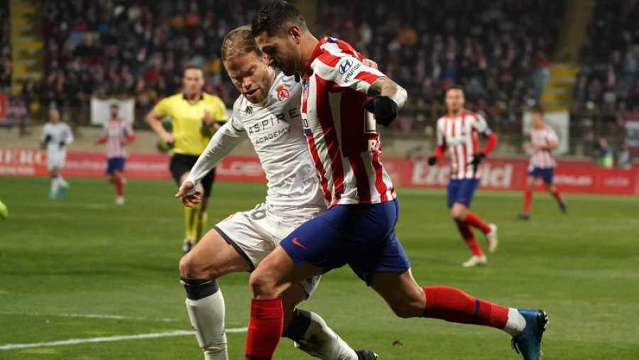 Vitolo, del Atlético, en acción frente a Aitor Fernández, de la Cultural.