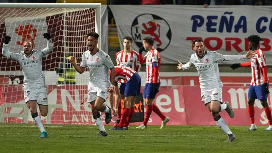 Los jugadores de la Cultural celebran el empate de Castañeda.